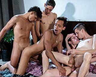 Después de la fiesta de Fin de Año de Todos los Helix Latinos, Felix, Tommy, Cesar y Mark fueron a visitar a Giorgio, que no pudo ir a la cena. Los chicos están un poco tomados y calientes, no tarda en empezar a besarse y tocarse en la cama.